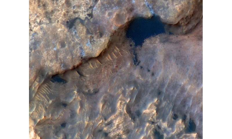Image: HiRISE spots Curiosity rover at Mars' Woodland Bay