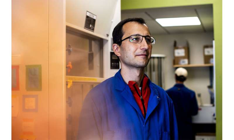 Researcher tests the lifespan of c. elegan worms to understand how the brain dictates age