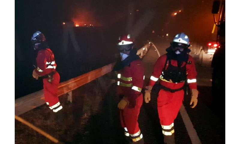 Some 250 firefighters and soldiers are battling a huge fire on the Spanish holiday island of Gran Canaria
