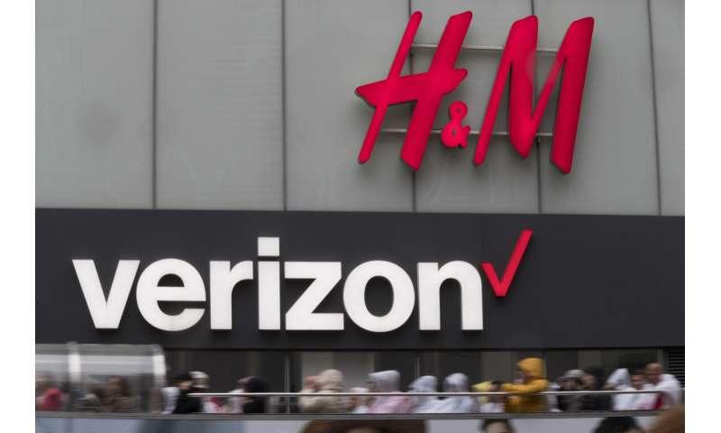 Verizon adds more cellphone customers; profit slips