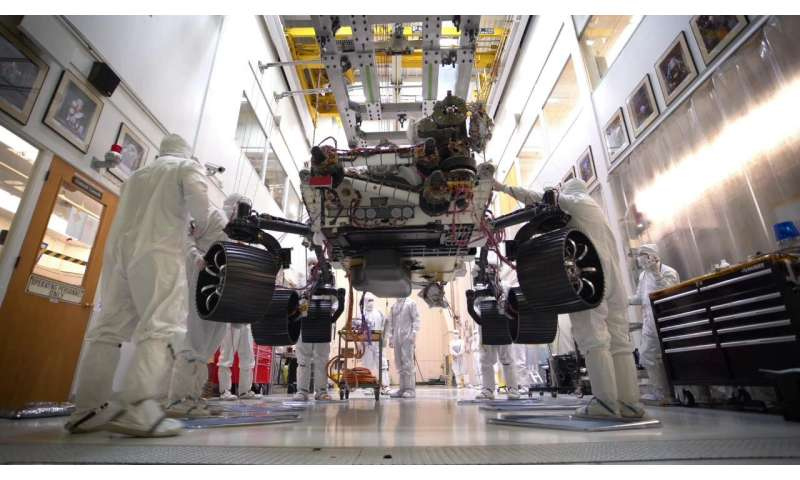 Video: Mars 2020 stands on its own six wheels