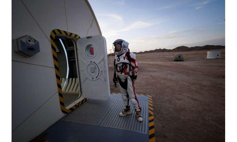 Une femme portant une combinaison spatiale dans une base de simulation de Mars chinois dans le désert de Gobi en avril 2019