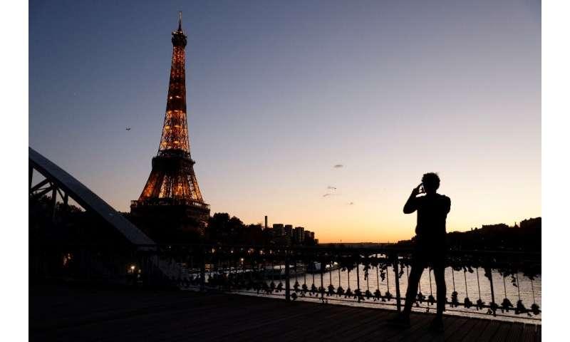 با وجود محدودیت های جدید یک ماهه ، فرانسه بارها و رستوران های خود را بسته و بسته است ، اگرچه برخی از خرده فروشی ها مجاز به باز ماندن هستند