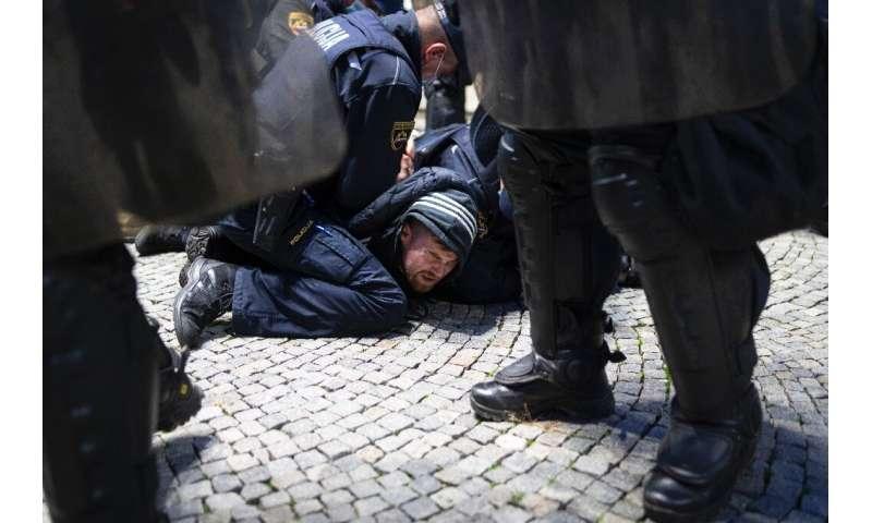 افسران پلیس در هنگام تجمع علیه محدودیت های ویروس کرونا در لیوبلیانا ، اسلوونی یک معترض را پایین نگه داشتند