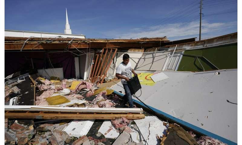 Laura thrashes Louisiana, nearby states face tornado threats