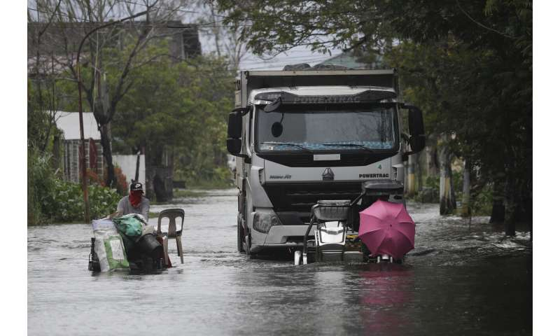 Philippines: Typhoon displaces 120,000 people, 8 missing