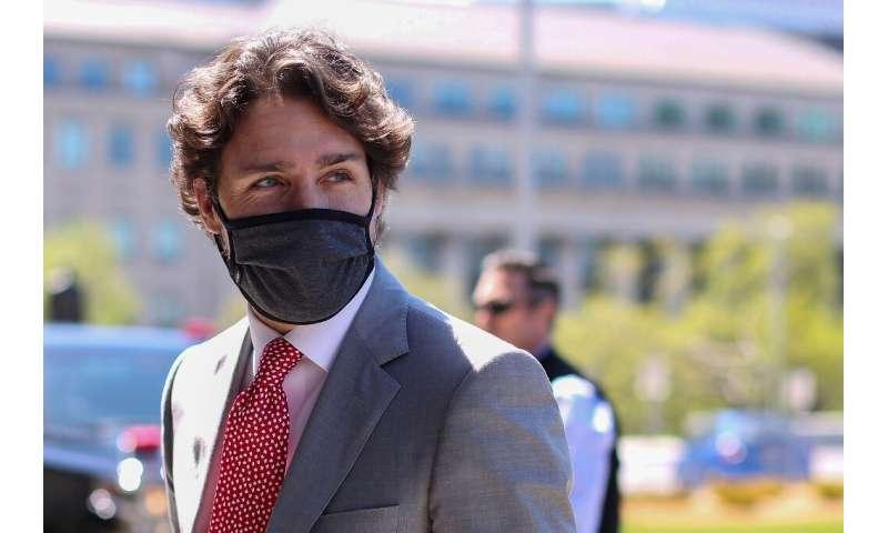 نخست وزیر جاستین ترودو از کانادایی ها خواست تا اقدامات احتیاطی از جمله فاصله اجتماعی و ماسک زدن را ادامه دهند و