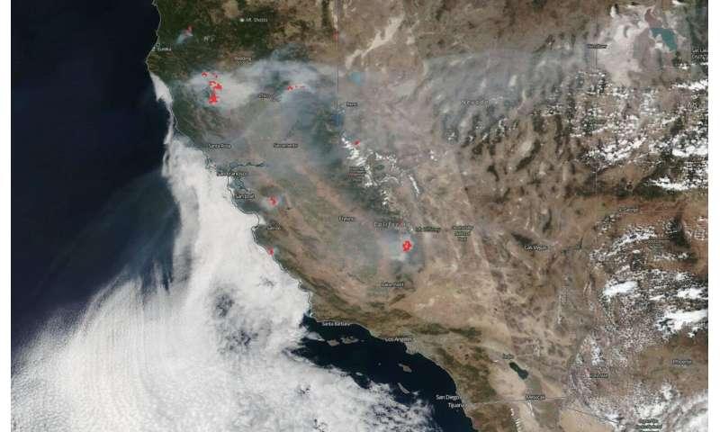 NOAA/NASA's Suomi NPP satellite shows two views of California's smoky skies