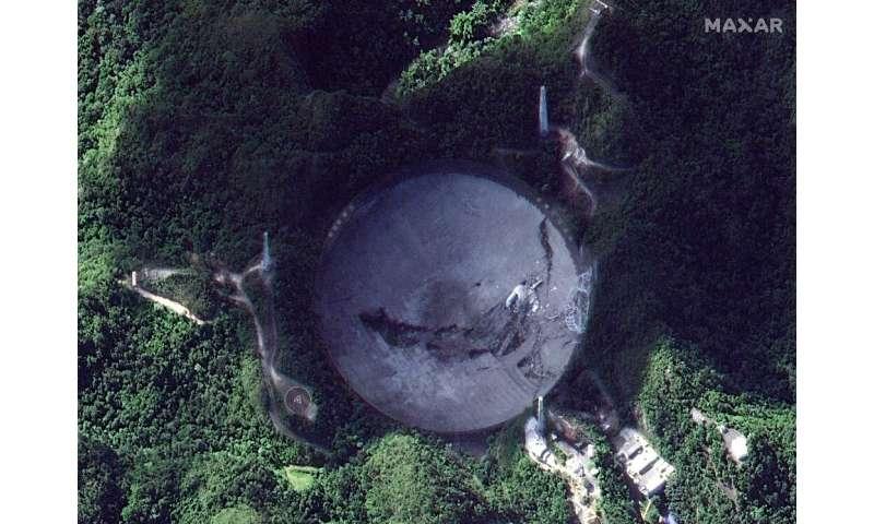 Esta imagen de satélite muestra el Observatorio de Arecibo en Arecibo, Puerto Rico luego del colapso de la plataforma receptora de 900 toneladas