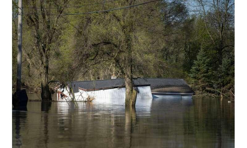 Michigan flood displaces thousands, threatens Superfund site