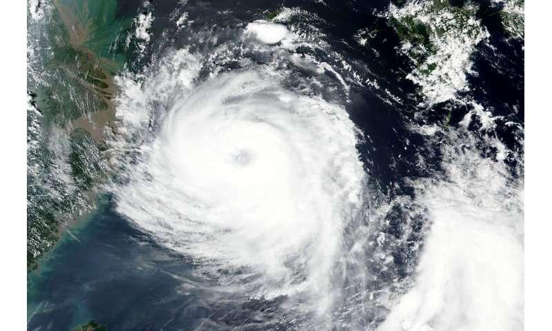 Typhoon damages buildings, floods roads on Korean Peninsula
