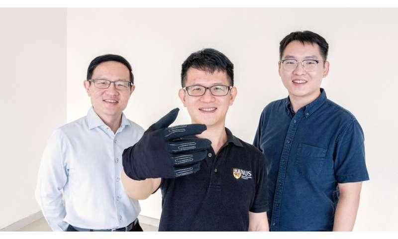 Các nhà nghiên cứu của NUS phát triển găng tay chơi game thông minh giúp bạn điều khiển