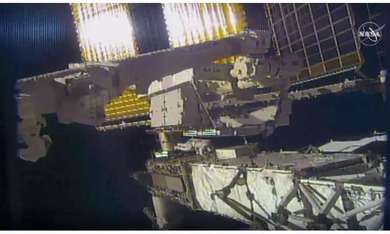 L'astronaute de Spacewalking perd un miroir et la dernière jonque spatiale