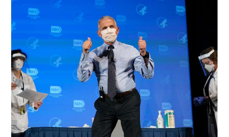 Anthony Fauci, Direktor des richtigen Instituts für Allergien und Infektionskrankheiten, gestikuliert nach Erhalt sein erste Dosis von