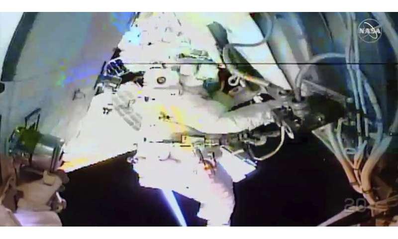 Les astronautes de la marche dans l'espace se rapprochent des derniers échanges de batterie