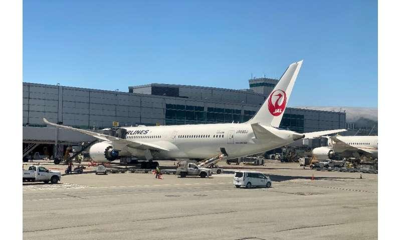 Một chiếc Boeing 787 của Japan Airlines (JAL) tại cổng sân bay quốc tế San Francisco (SFO) vào ngày 30 tháng 7 năm 2020: Boeing đã sửa chữa