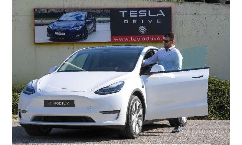 Een chauffeur bereidt zich voor om op 5 september 2020 een testrit met een Tesla te maken tijdens een presentatie in de Automobile Club van Boedapest