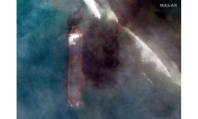 Attempts to stabilise the stricken vessel and pump 4,000 tonnes of fuel from its hold have failed