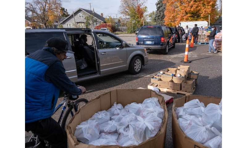 Cars wait in line to receive bottled water in Flint, Michigan