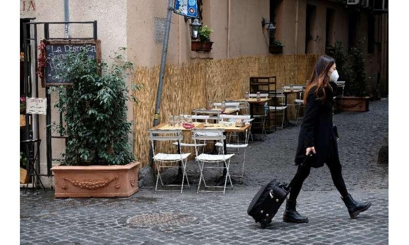 کافه های خالی در ایتالیا در حالی که قسمت های زیادی از کشور به حالت قفل بازگشتند