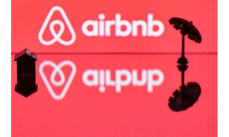 Platform persewaan rumah Airbnb, yang akan mencapai Wall Street dengan penilaian tinggi, bernasib lebih baik daripada kebanyakan pesaing industri perjalanannya