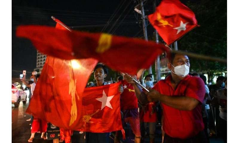 صدها هوادار سرسخت هشدارها را نادیده گرفتند و در یک جشن زودرس در یانگون تجمع کردند