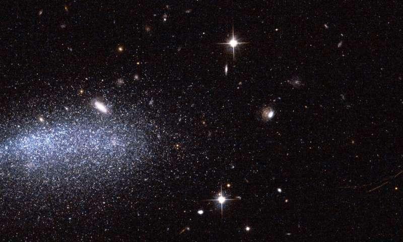 Bild: Eine Galaxie, zwei Asteroiden