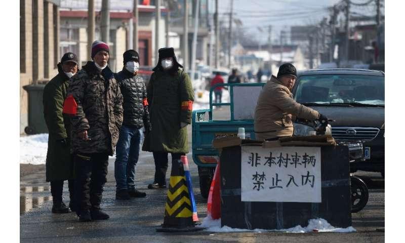 Em alguns lugares, como Jiuduhe, ao norte de Pequim, os moradores isolaram sua vila em um esforço para impedir a propagação de