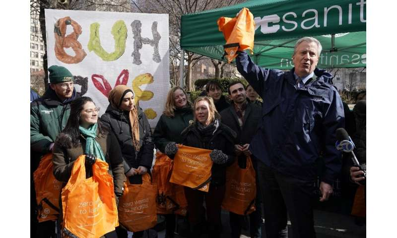 New York Mayor Bill de Blasio distributes reusable bags on February 28, 2020 ahead of the statewide ban on plastic bags