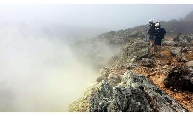"Optical seismometer survives ""hellish"" summit of Caribbean volcano"