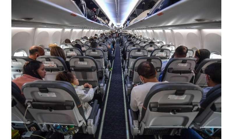 Penumpang duduk sebelum lepas landas dengan pesawat Boeing 737 MAX yang dioperasikan oleh maskapai penerbangan bertarif rendah Gol di Guarulhos Internati