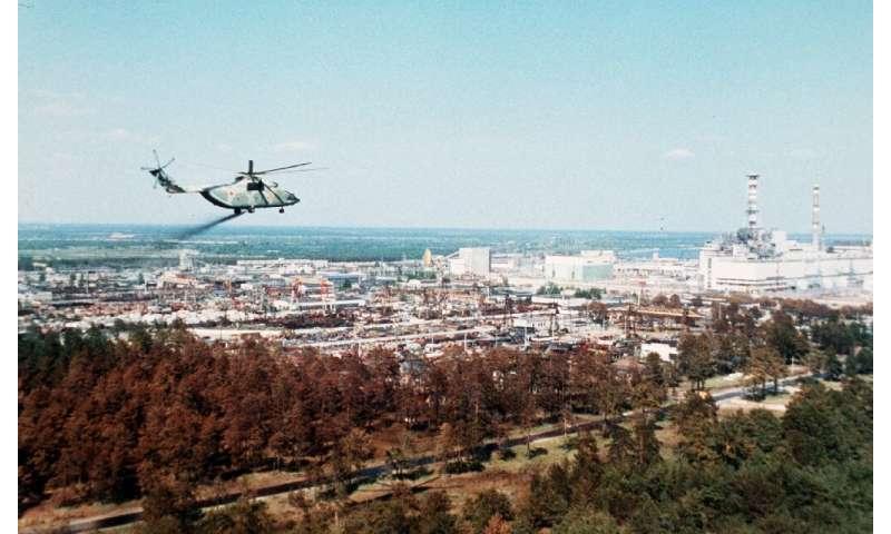 Las personas no pueden vivir cerca de la planta de energía, que se muestra aquí justo después de la explosión en 1986