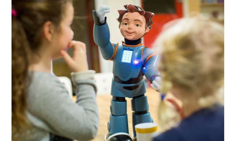 Primary school children benefit from learning with a social robot