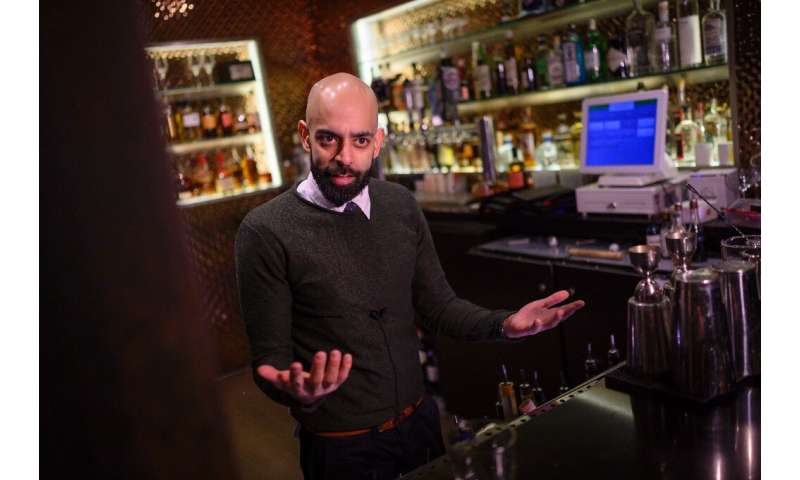 "Rohit Malhotra, manager du bar ""speakeasy"" le Capo, qui a créé un cocktail en l'honneur d'Anthony Fauci, à Washington,"