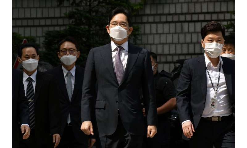Samsung heir Lee Jae-yong (C) arrives at court for a hearing that rejected detaining him in connection with a controversial merg