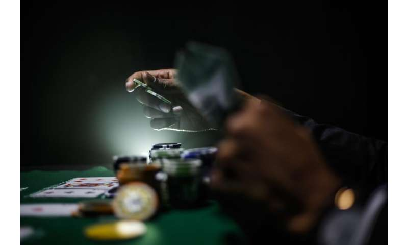 Study finds gamblers ignore important information when placing bet thumbnail