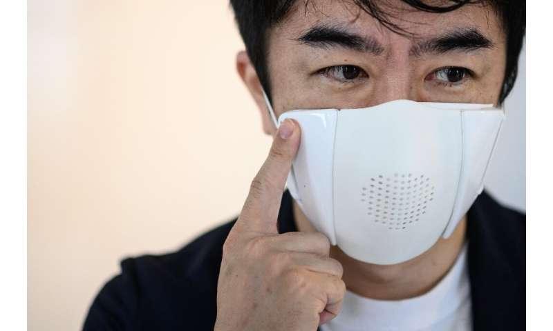Start-up Donut Robotics Taisuke Ono telah menciptakan topeng yang membantu pengguna mematuhi jarak sosial dan juga bertindak sebagai penerjemah