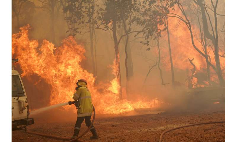 Wildfire in west Australia burns more homes in dry wind