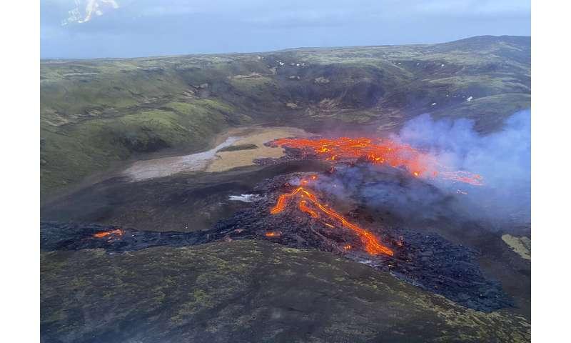Eruption of Iceland volcano easing, not affecting flights