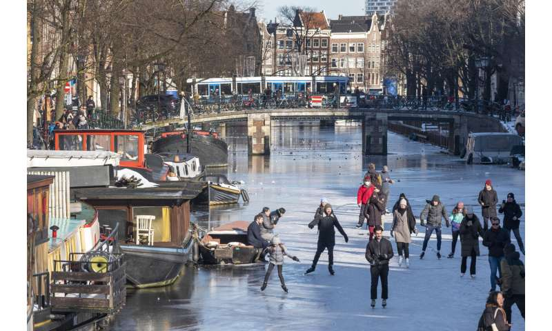 Dutch get their skates on in Amsterdam before the thaw