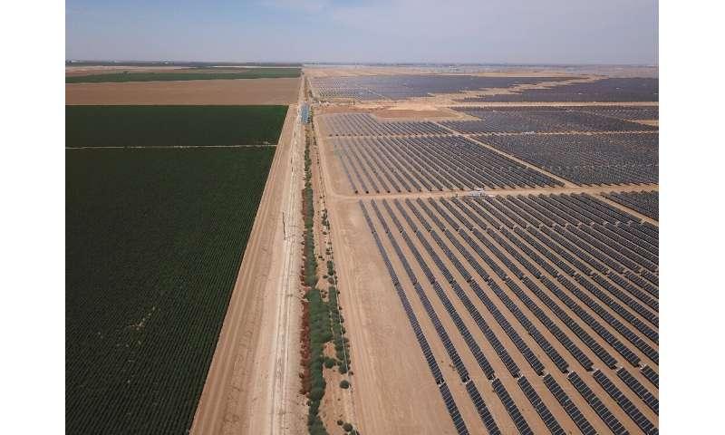 Hileras interminables de paneles solares en lo que una vez fue un campo agrícola en el Valle Central asolado por la sequía de California