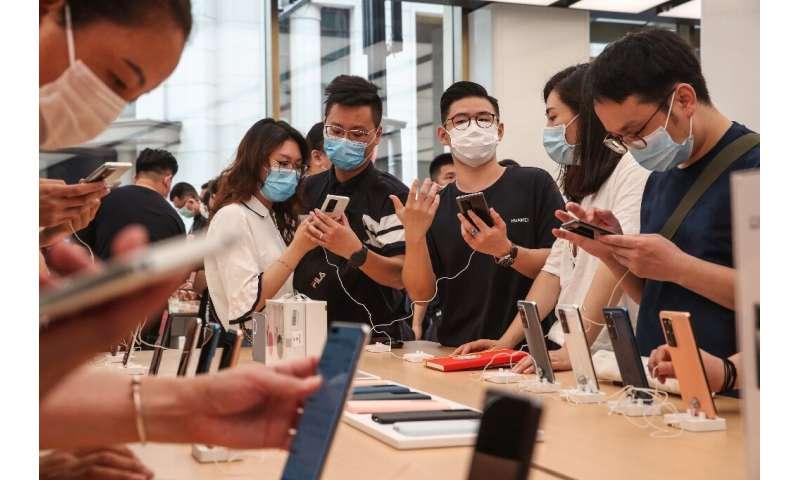 Pembuat ponsel pintar Huawei mulai menimbun semikonduktor sebelum Washington memberikan sanksi tahun lalu
