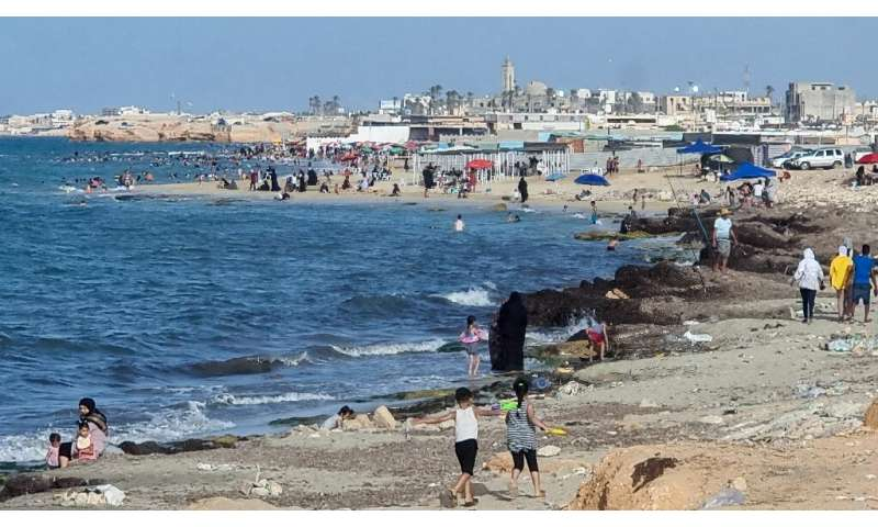 The environment ministry has ordered the closure of a number of beaches along the Greater Tripoli coastline, despite the roastin