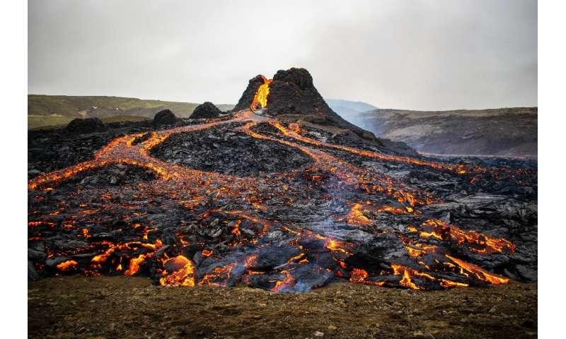 The eruption of the fissure near Mount Fagradalsfjall began late Friday