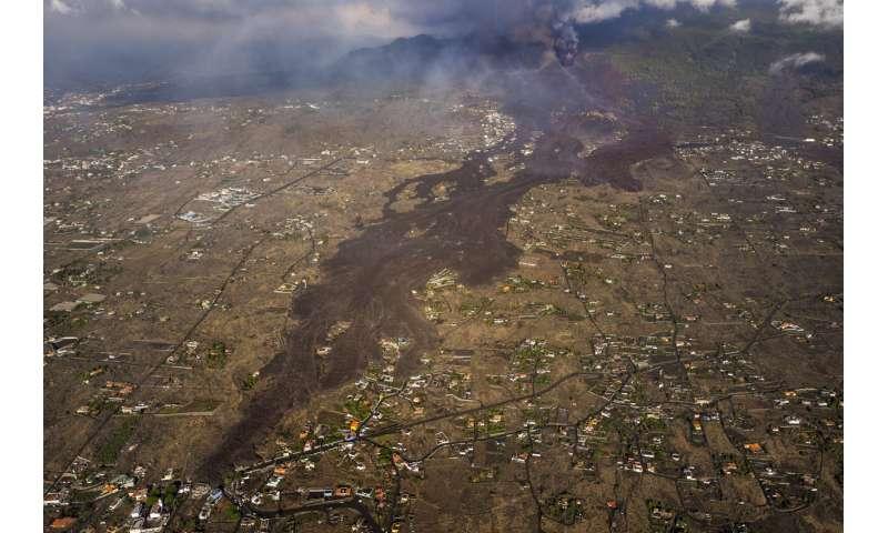 Volcanic ash cloud closes La Palma airport; new vent emerges