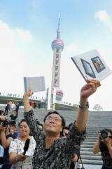 Ma Ya, an art dealer, was the first customer to buy an iPad in Shanghai