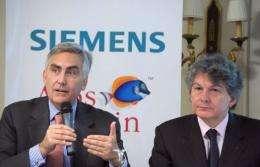 Thierry Breton, CEO of Atos Origin, and Peter Loscher (L), CEO of Siemens