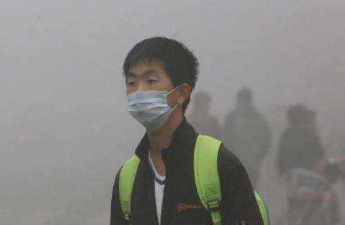 A man wears a mask to protect himself from heavy smog in Harbin, northeast China's Heilongjiang province, on October 21, 2013