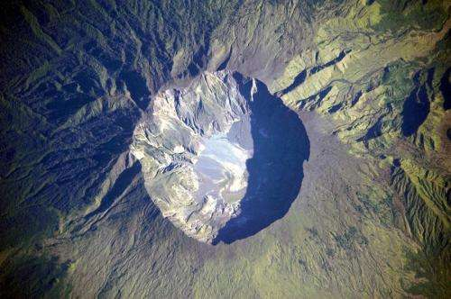 Improved interpretation of volcanic traces in ice