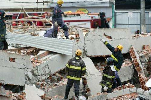 Rescuers work amid the rubble of a building in construction that collapsed in Sao Paulo, Brazil, on August 27, 2013
